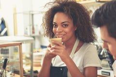 保留开胃杯子拿铁的外出的妇女在手 免版税库存图片