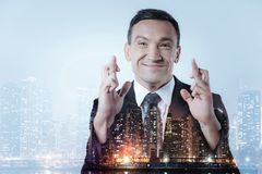 保留手指的喜悦的经理在横渡的位置 免版税库存图片
