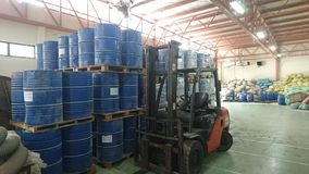 保留液体和坚实化学制品的仓库 库存照片