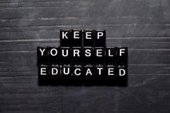 保留自己教育了在木块 教育、刺激和启发概念 库存图片