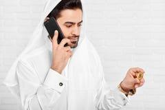 保留金黄bitcoin的阿拉伯人画象 库存照片