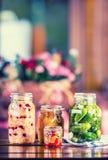 保留 腌汁瓶子 瓶子用腌汁,南瓜垂度,白椰菜,烤红色黄色胡椒 泡菜 蔬菜 免版税图库摄影
