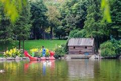 保管人在公园清洗一个池塘 免版税图库摄影