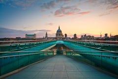 保罗的大教堂和千年桥梁,伦敦 库存照片