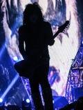 保罗・斯坦利亲吻的剪影歌手吉他弹奏者 免版税库存照片