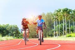 保证水合作用的骑自行车者饮用水 免版税库存照片