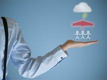 保险保护家庭的商人手 免版税库存照片