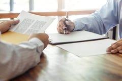 保险或贷款不动产、代理经纪和客户签署的合同约定被批准买物业通过了 库存照片