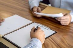 保险或贷款不动产、签署c的代理经纪和客户 免版税库存图片