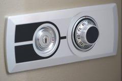 保险柜、拨号盘技工和关键孔的前门开放的 免版税库存照片