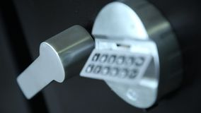 保险柜和把柄的被编码的锁 股票视频