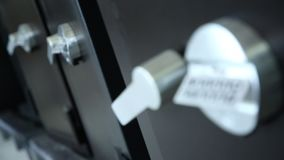 保险柜和被编码的锁的门 影视素材