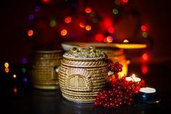 滚保龄球与kutia -传统圣诞节甜膳食在乌克兰、白俄罗斯和波兰,在木桌上,明亮的背景 库存照片