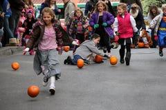 滚保龄球在卡罗琳街,萨拉托加斯普林斯,纽约, 2013年10月下的儿童南瓜 免版税库存图片