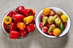 滚保龄球用果子和一个碗有菜的 库存图片