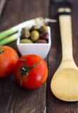 滚保龄球用橄榄、蕃茄和葱 免版税库存照片