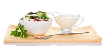 滚保龄球用沙拉、酸性稀奶油和叉子 免版税库存照片
