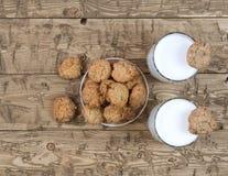 滚保龄球用自创曲奇饼和两杯在一个木台式视图的牛奶 库存照片