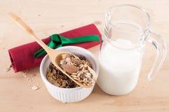 滚保龄球用谷物、水罐用牛奶和红色餐巾 免版税图库摄影