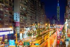 信义区和台北101摩天大楼夜场面在雨以后 免版税库存照片