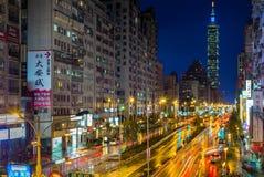 信义区和台北101摩天大楼夜场面在雨以后 图库摄影