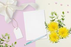 信件、信封和一个礼物在桃红色灰色背景 婚礼邀请卡片或情书与菊花 华伦泰` s 免版税库存图片