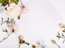 信件、笔和白色信封在白色背景与桃红色英语上升了 邀请卡片或情书 生日 免版税库存图片