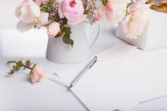 信件和白色信封平的位置射击在白色背景与桃红色英语上升了 邀请卡片或情书 库存图片