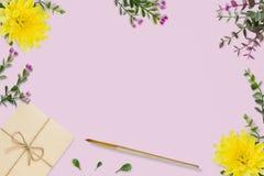 信件,在桃红色背景的信封 婚礼邀请卡片或情书与菊花 华伦泰` s天或其他holida 免版税库存图片