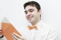 信函人读取微笑的年轻人 免版税库存照片
