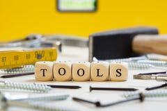 信函把概念切成小方块: 工具 免版税库存图片
