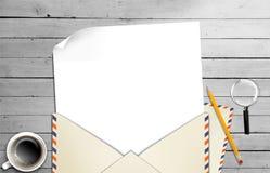 信包和纸张的例证在表的 免版税库存照片