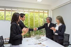 信号交换 握手的商务伙伴在办公室 握手的两个商人在办公室 亚洲 blackenning的生意人办公室系列 介绍 免版税库存照片