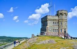 信号小山在夏日 一个加拿大全国古迹的海岸线和峭壁在圣约翰& x27; s纽芬兰,加拿大 免版税库存照片