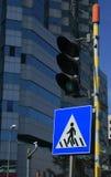 信号灯和一个行人交叉路标号 免版税库存图片
