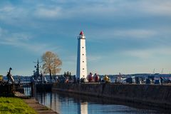 信号烽火台在海滩站立反对美丽的天空 图库摄影