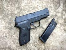 信号绍尔河P228 airsoft 6 mm子弹球手枪枪 库存照片