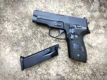 信号绍尔河P228 airsoft 6 mm子弹球手枪枪 免版税图库摄影