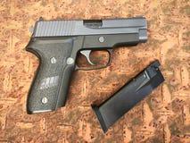 信号绍尔河P228 airsoft 6 mm子弹球手枪枪 免版税库存照片