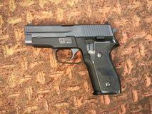 信号绍尔河P228 airsoft 6 mm子弹球手枪枪 免版税库存图片