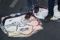他信和Yingluck在街道上的仿造物横幅 免版税图库摄影