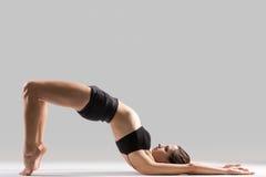信奉瑜伽者做脊椎的体操运动员女孩锻炼 库存图片