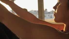 信奉瑜伽者女孩的身体在被放弃的大厦的navasana在夏天坐日落,健康生活方式,运动概念 股票视频