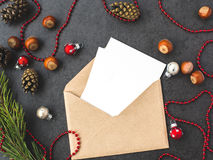 信封、锥体和圣诞节装饰 免版税库存图片
