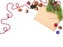 信封、锥体haselnut和圣诞节装饰 免版税库存照片