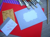 信封信件和刷子 免版税库存照片