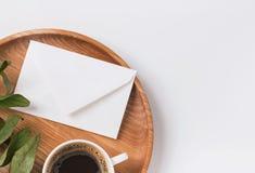 信封和咖啡在木盘子 免版税库存照片