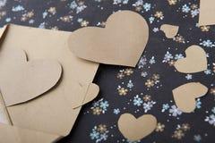 信封和心脏在花卉背景,情书,华伦泰` s坦白 免版税库存图片