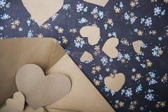 信封和心脏在花卉背景,情书,华伦泰` s坦白 库存照片