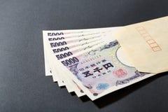 信封和日本钞票5000日元 库存图片